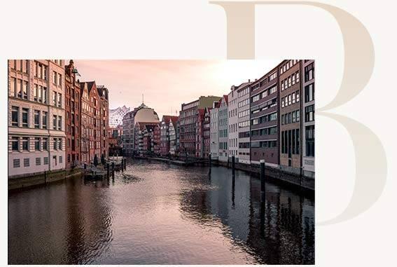 Hamburgs Elbe mit Häusern und Restaurants